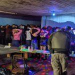 Festa de casamento clandestina e outras aglomerações são flagradas pela fiscalização
