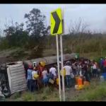 Vídeo – Caminhão explode quando era saqueado e deixa sete mortos após acidente