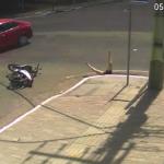 VÍDEO – Mulher cai em bueiro após motocicleta ser atingida por carro