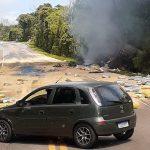 Caminhão carregado de soja tomba e incendeia no Noroeste do RS