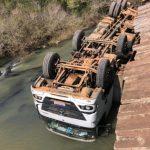 Caminhão carregado de frangos cai em rio no interior do RS