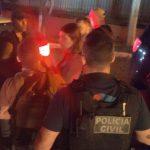 Vídeo – Emoção no reencontro: família chora e abraça policiais que libertaram médica de cativeiro