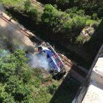 Atualizada – Ônibus cai de viaduto e número de mortes chega ao menos 16