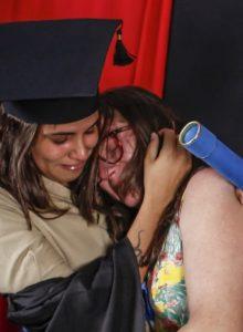 Jovem veste uniforme da mãe faxineira para homenageá-la em formatura: 'Mulher incrível'